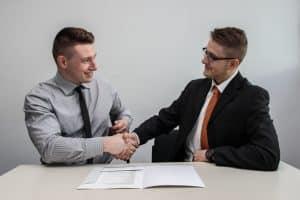 étudiant de bts en entretien avec un recruteur