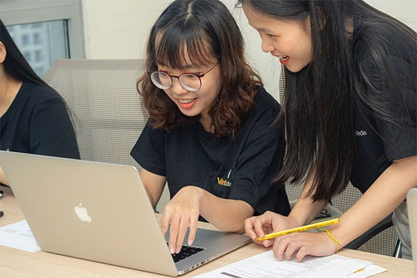 étudiants recherchant une école de commerce